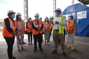 Autoridades asisten al inicio del proyecto en la planta de tratamiento.