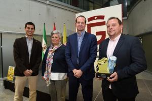 El alcalde de Cúllar Vega, con su premio al municipio que más recicla.