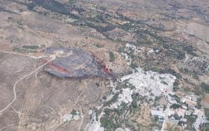 Área afectada por el fuego, muy cerca de las viviendas de Yegen.