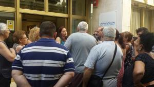 Vecinos y vecinas de La Paz conversan con Jemi Sánchez a las puertas de Endesa.