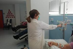 Una enfermera administra un tratamiento en el Hospital de Día.
