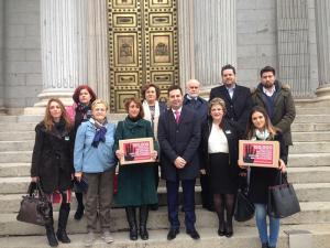 El alcalde ha encabezado la delegación que ha entregado las firmas en Madrid.