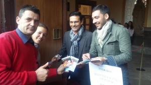 Cuenca y Castillo entregan invitaciones a los aficionados.
