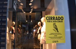 Uno de los carteles pegados en una tienda de moda.