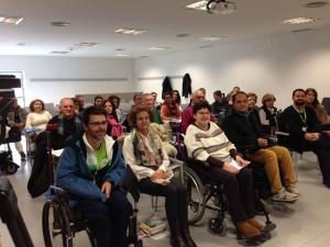 Pacientes de esclerosis múltiple, en uno de los talleres.