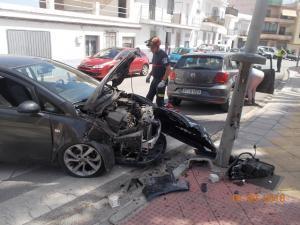 Estado en que quedó el coche tras chocar con una farola.