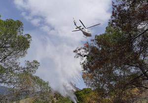 Un helicóptero en tareas de extinción del fuego.