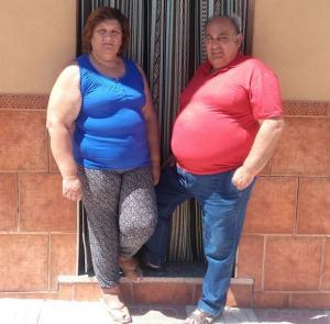 Eva y José en la puerta de su vivienda en Deifontes.