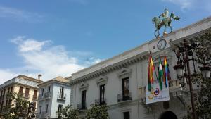 La bandera 'arcoíris', junto a la española, granadina y andaluza.