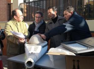 El alcalde, durante la visita a la zona donde se ha renovado el alumbrado.