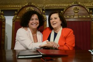 La rectora y la consejera de Políticas Sociales en la firma del convenio pionero.