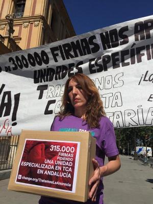 Patricia Cervera al entregar las cerca de 350.000 firmas que reunión reclamando unidades especializadas para TCA.