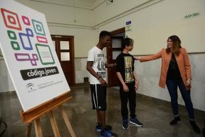 La coordinadora provincial del IAJ, Elena Fernández, junto a dos alumnos del programa.