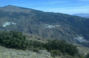 La pareja dejó el coche en Capileira (izqda.) y fue hallada en un barranco de Bubión (centro).
