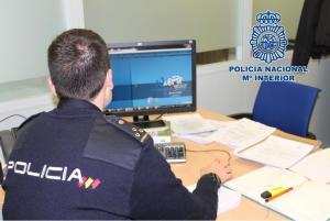 Un agente investiga a través de su ordenador.
