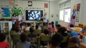 Los estudiantes ven una imagen de La Desbandá, en la que más de 5000 niños fueron víctimas de los bombardeos por parte de la aviación nazi, aliada del dictador Franco.