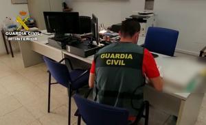Un agente examina documentación.