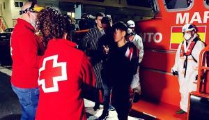 Voluntariado de Cruz Roja les ha atendido al desembarcar.