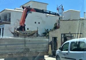 Retirada de la torreta de telefonía en el casco urbano de Pórtugos.