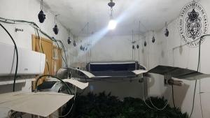 Imagen de la habitación con la droga y la instalación eléctrica.