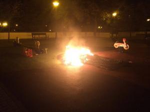 El colchón, ardiendo en el parque infantil.
