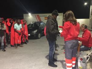 Cruz Roja atiende en Motril a las personas rescatadas esta tarde en dos pateras.