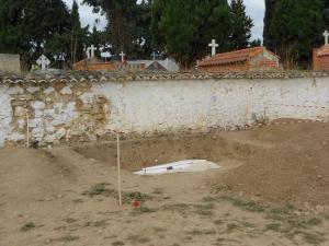 Primera excavación en la fosa del cementerio de Tocón de Íllora en 2013.
