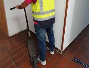 Imagen de archivo de un agente con un patinete robado.