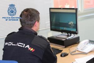 Un agente policial, frente a su ordenador.