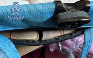 Los traficantes escondían 35.000 euros en la sillita de bebé de una furgoneta.