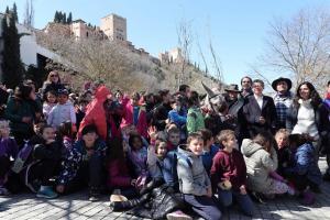 Escolares y uno de los burros, a los pies de la Alhambra.