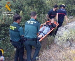 El herido tuvo que ser llevado 400 metros en camilla por un empinado sendero.
