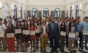 Alumnado con mejores notas, en la sede de la Delegación del Gobierno andaluz.