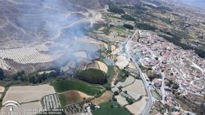 Vista aérea del incendio, muy cerca del núcleo urbano.
