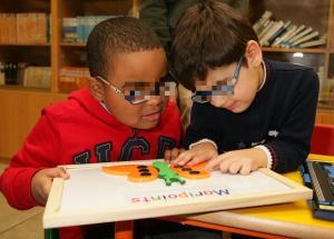 Dos niños con discapacidad visual, en clase.