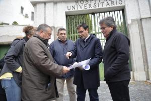 Visita del alcalde al entorno del antiguo hospital San Cecilio.
