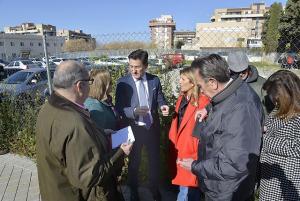 El alcalde habla con vecinos junto al solar destinado a centro de salud.