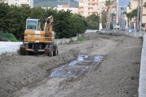 Maquinaria pesada en la limpieza del cauce del río Seco.