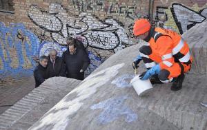 Trabajos de limpieza de pintadas en el aljibe de la calle Zenete.