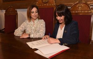 Firma del convenio entre las dos instituciones.