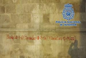 Referencias a versículos bíblicos pintados en la pared de la Catedral.