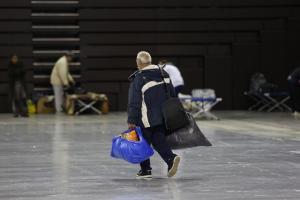 Llegada de personas sin hogar al Palacio de Deportes.
