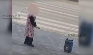 Captura de un vídeo que recoge al individuo, con micrófono y altavoz.
