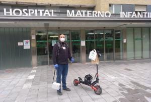 Uno de los repartidores de las medicinas, en la puerta del hospital.