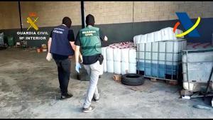 Bidones de combustible en una nave de los detenidos.