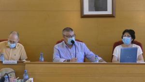 El alcalde de Guadix, en el centro, informa de los positivos en el pleno.