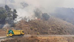 Bomberos luchan contra el fuego en Polopos.