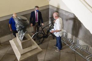 Aparcamiento para bicis instalado dentro del Ayuntamiento.