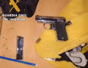 Arma intervenida en la operación.