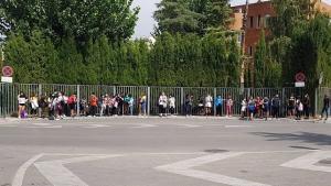 Escolares de Ambroz, en la parada del autobús, el pasado lunes.